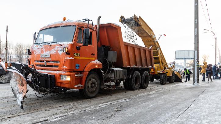 Во вторник на уборку снега в Петербурге вышло более тысячи машин