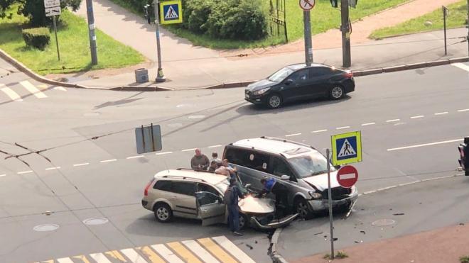 На перекрестке Бабушкина и Красных Зорь столкнулись две машины