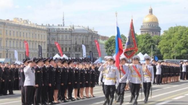Александр Говорунов поздравил молодых лейтенантов на Дворцовой