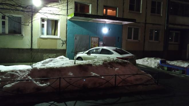 На Косыгина автолюбитель влетел в дверь парадной