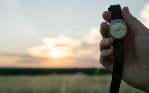 Гатчинская школьница получила в подарок часы от губернатора Ленобласти