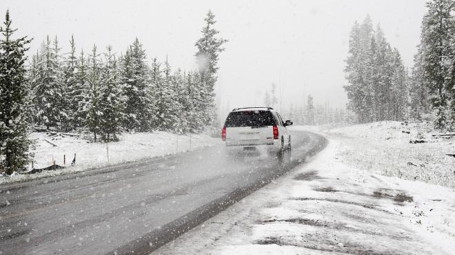 На трассах Ленобласти ведутся работы по уборке наледи и выпавшего снега