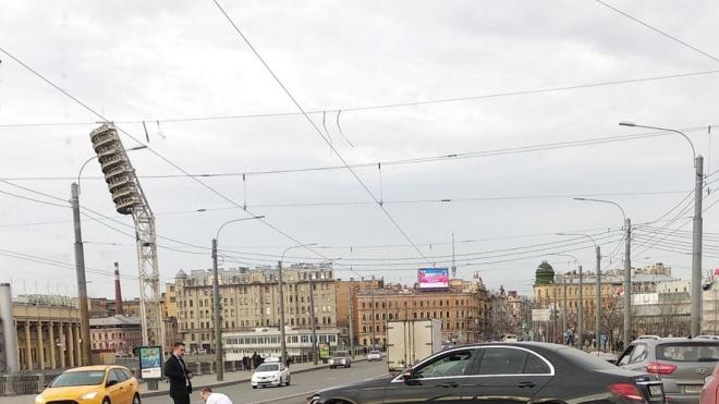 """На Тучковом мосту черная иномарка """"потеряла"""" бампер"""