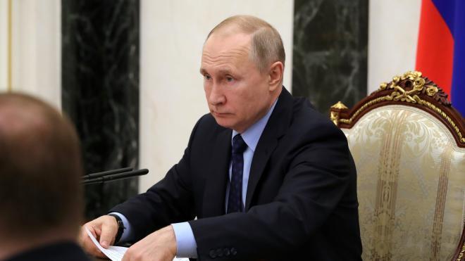 Путин рекомендовал спасти граждан с минимальным доходом от долгов