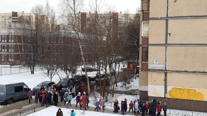 Более тысячи учеников эвакуировали в другую школу из-за пожара в здании на Латышских стрелков