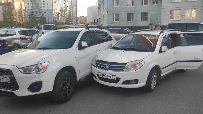 Автоледи в нетрезвом виде устроила тройное ДТП во дворе на Туристской