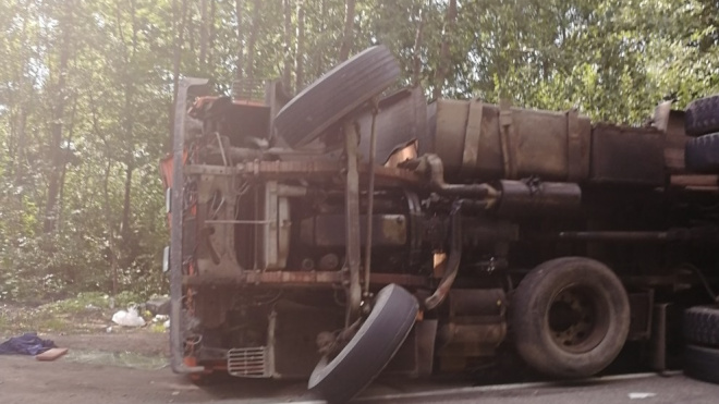 Грузовик опрокинулся на дороге из Петербурга в поселок имени Свердлова
