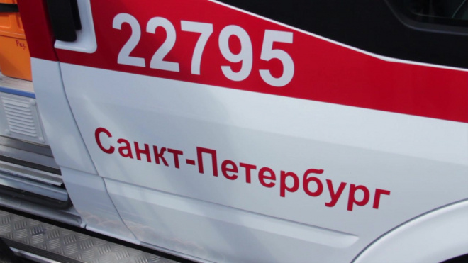 """На станции """"Выборгская""""бригада медиков реанимируют пожилого мужчину"""