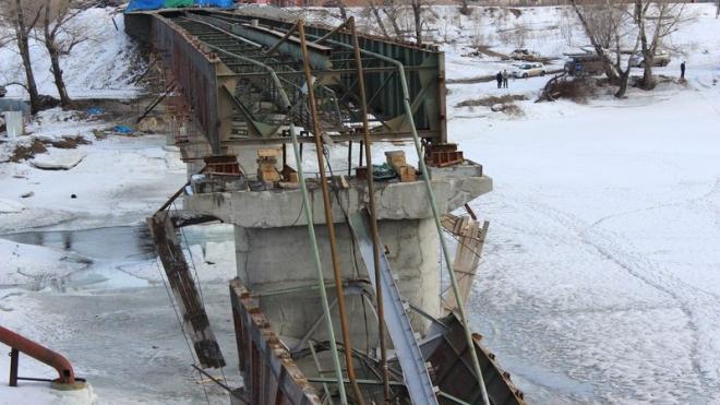 Сильнее всех от падения моста в Минусинске пострадал крановщик