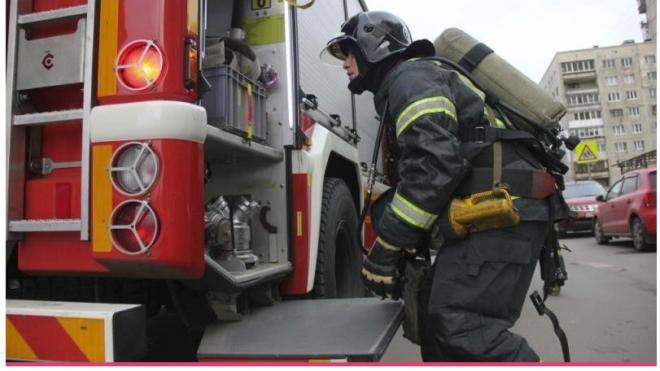 Огонь охватил 30 кв. метров на территории Ижорского завода