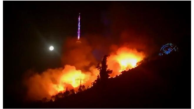 На горе в историческом центре Тбилиси вспыхнул пожар