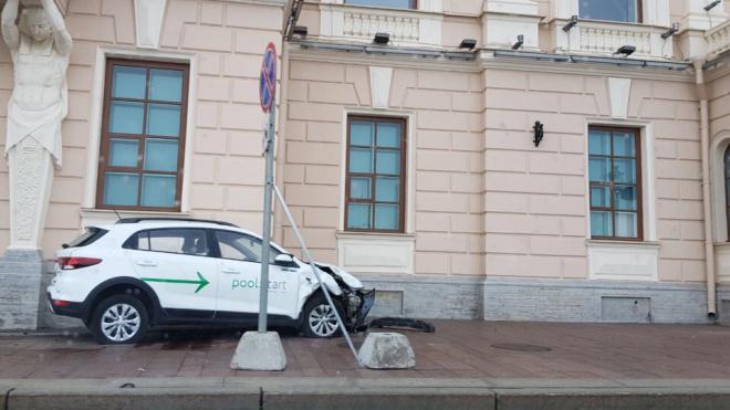 Каршеринговый автомобиль вылетел на тротуар на Дворцовой набережной