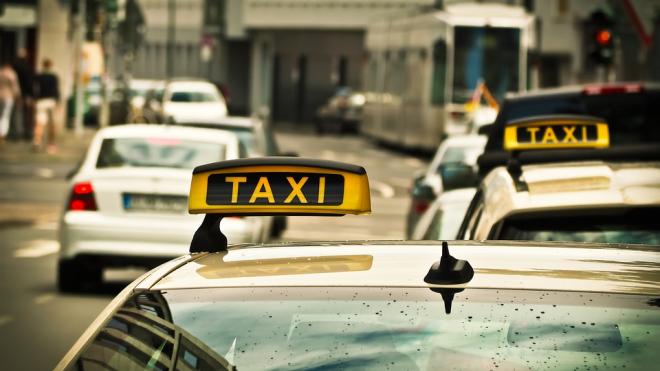 """В России хотят запретить водителям онлайн сервисов называть себя """"таксистами"""""""