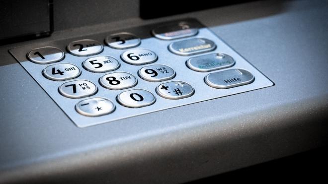 Грабители-силачи голыми руками выломали и унесли банкомат из ТЦ Петербурга