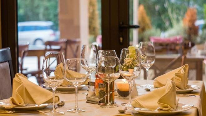 Владельцы 500 ресторанов просят губернатора запретить их работу в Новый год