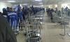 Сотрудники завода в Тихвине выстроились в очередь в столовой