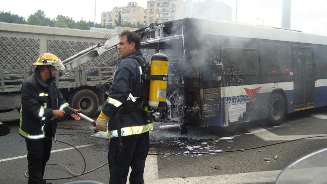 Водитель потушил горевший автобус в Автово