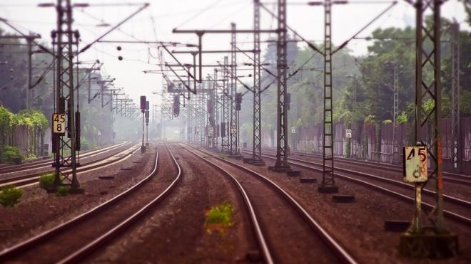 Товарный поезд переехал легковой автомобиль в Гатчинском районе