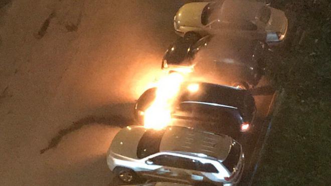 Утром на проспекте Просвещения тушили сразу три машины