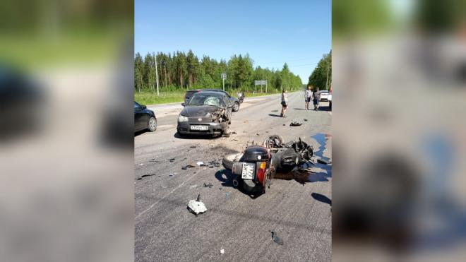 Автомобиль столкнулся с мотоциклом на Мурманском шоссе