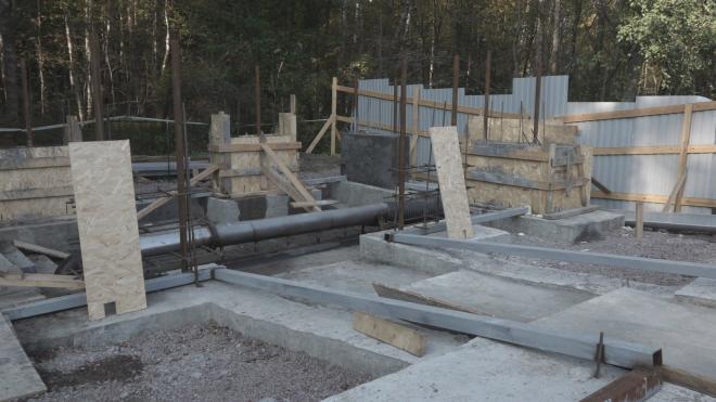 Строительные работы возле родника в Выборгском районе идут полным ходом