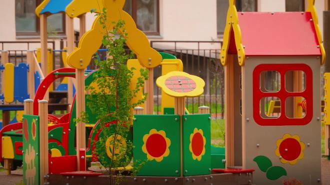 Детскую площадку на Дибуновской улице перенесут из-за соседства с теплосетями