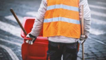 За праздничные дни дороги Петербурга очистили от 1300 кубометров мусора