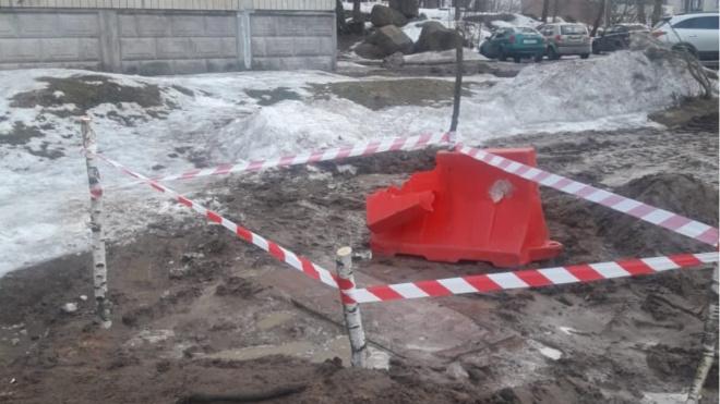 """После предписания выборгской администрации """"Водоканал"""" оградил зону ЧП с участием школьника"""