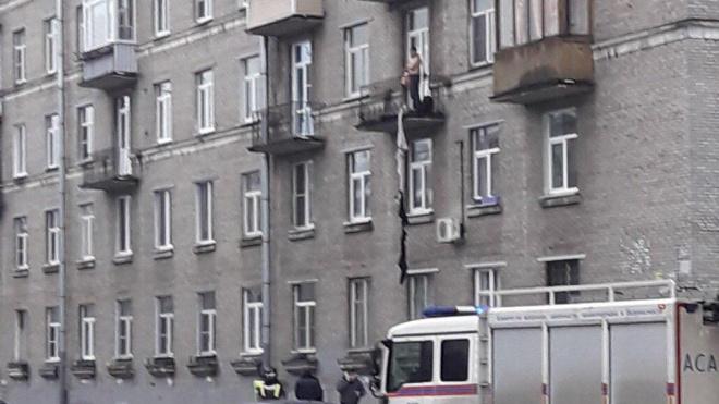 Житель Петербурга хотел спуститься с балкона третьего этажа на связке свитеров