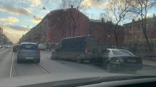 На Литейном микроавтобус потерял колесо из-за удара иномарки