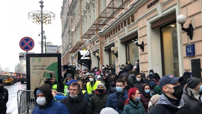 Участники незаконной акции в Москве заблокировали два выхода из метро