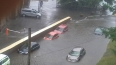 Наводнение в столице: москвичам оказывают помощь сотрудн...