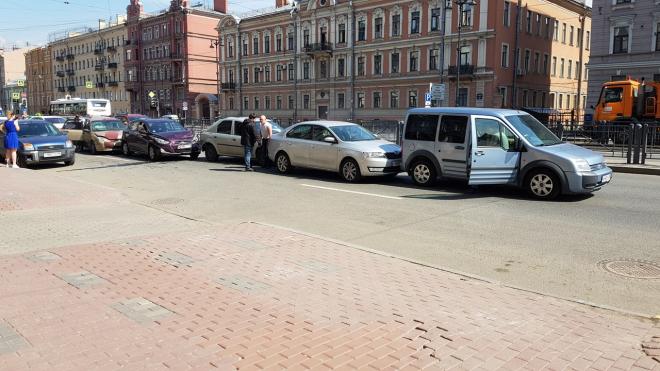 Комбо: на Лиговском проспекте столкнулись пять автомобилей
