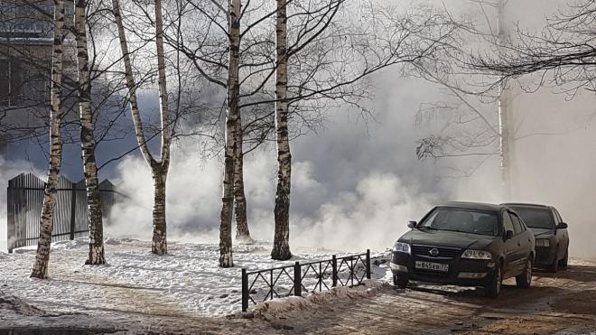 На проспекте Кузнецова прорвало трубу рядом с детским садом