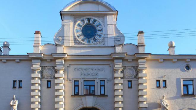 Реставрация двух скульптур на фасаде Кузнечного рынка обойдется городу в 3 млн рублей