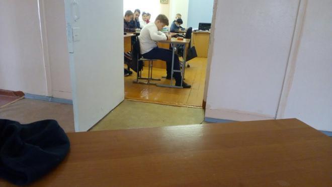 Покашлявшего школьника выставили из класса вместе с партой