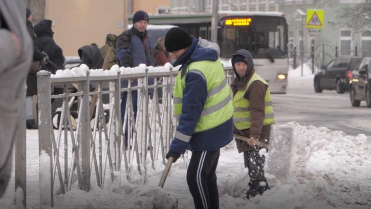 Центр Петербурга начали обрабатывать гранитной крошкой