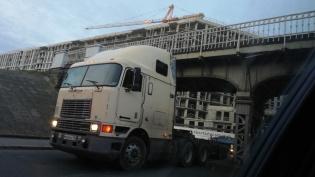 Фура застряла под железнодорожным мостом на Боровой улице