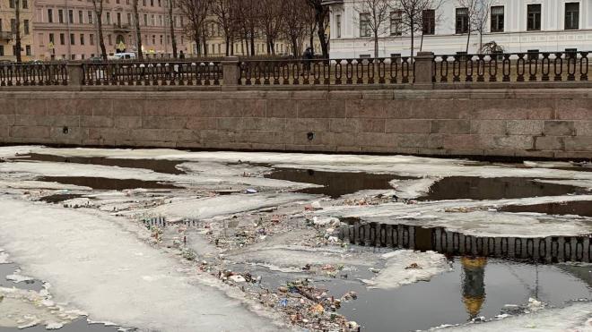 Петербуржцы заметили льдины с мусором на Крюковом канале