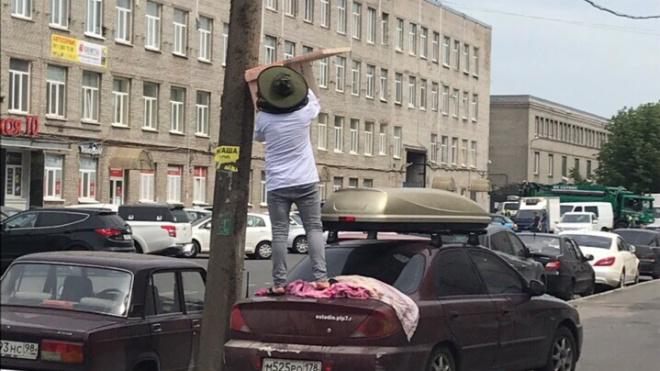 Отважный пасечник решил собрать рой пчел на Литовской улице