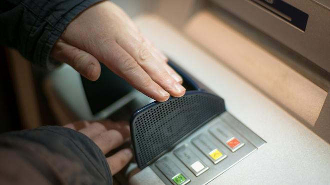 Мужчина украл почти 10 миллионов из банкомата в Красносельском районе