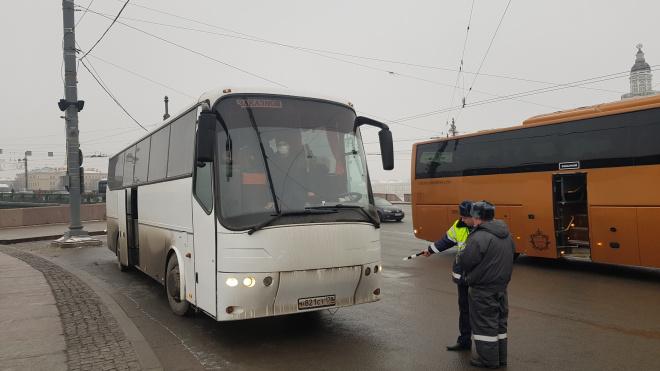 Сотрудники ГИБДД обнаружили опасные для перевозки людей автобусы в Василеостровском районе