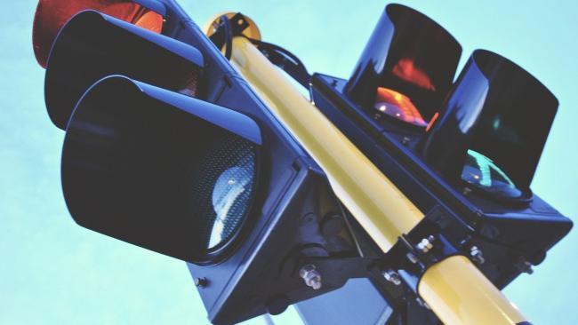 """За год в Петербурге планируют установить 55 новых """"лежачих полицейских"""" и 145 светофоров"""
