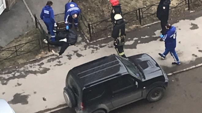 Очевидцы: мужчина выпал из окна на Маршала Захарова