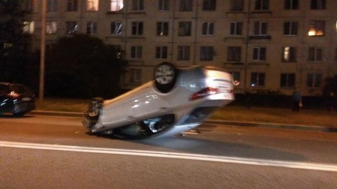На улице Лени Голикова перевернулся автомобиль