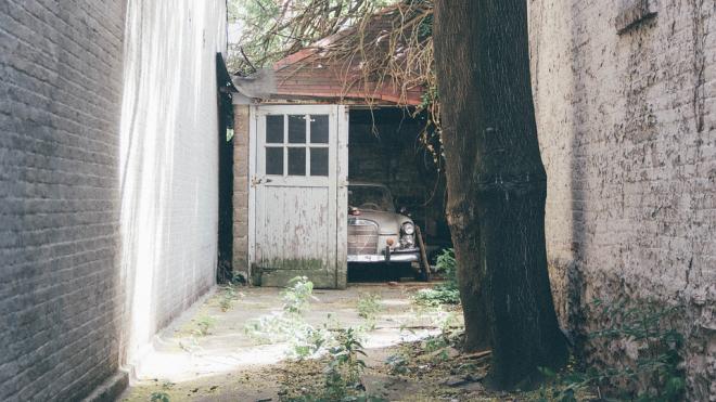 Истлевший труп пропавшего без вести нашли в гараже Калининского района