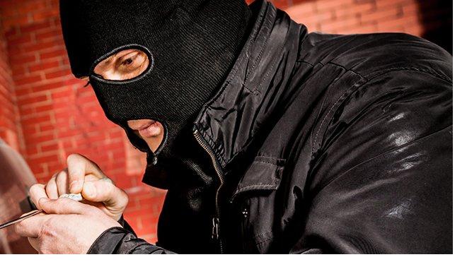 Неизвестный в маске вынес из офиса такси Санкт-Петербурга 3,5 миллиона