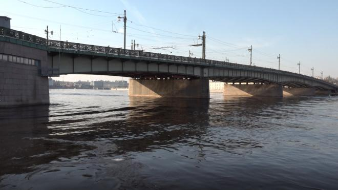 Спасатели разыскивают мужчину после падения с Литейного моста