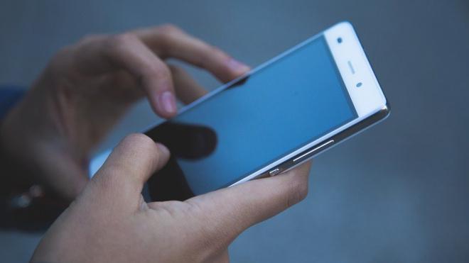 Мужчина украл два смартфона из салона связи на Дыбенко