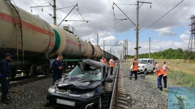 В Камышинском районе под Волгоградом грузовой состав снес на переезде легковушку